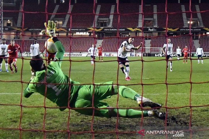 Penalti Borna  Barisic amankan kemenangan 4-3 Rangers di kandang Antwerp