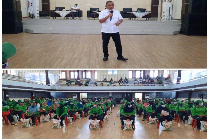 Bupati Tapteng berikan bantuan kepada 237 petugas kebersihan