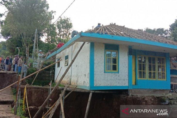 Pemkab Sukabumi pertimbangkan untuk relokasi korban tanah bergerak