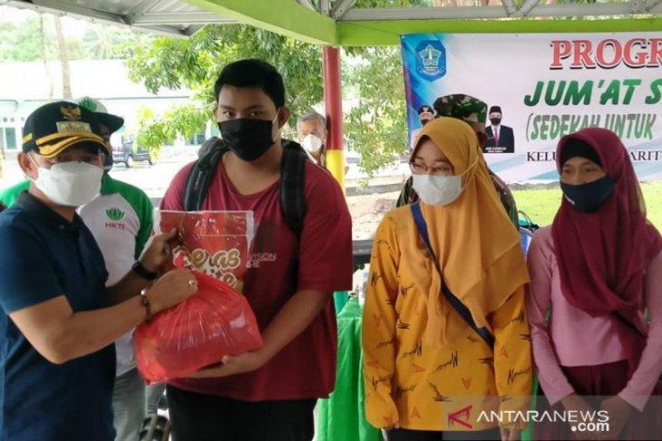 Bupati Bangka salurkan bantuan paket sembako di Kelurahan Parit Padang