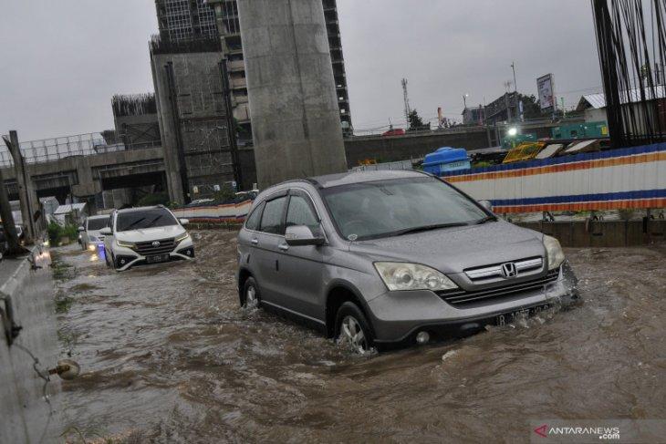 Genangan air timbulkan lalu lintas kendaraan di Tol Japek padat