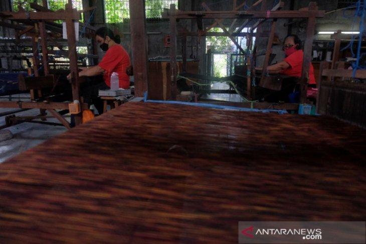 Pemkot Denpasar ajak generasi milenial gunakan tenun Endek (video)