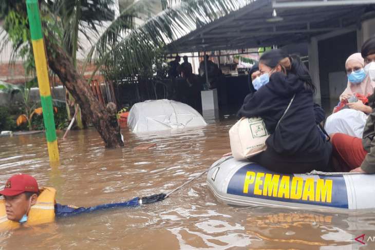 Kabar bencana, penghuni indekos di Pondok Jaya X diungsikan akibat banjir 1,5 meter