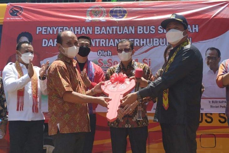 Komisi V DPR RI serahkan bus sekolah Kemenhub di Kapuas Hulu Kalbar