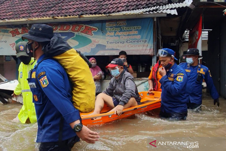 Jadwal berobat, petugas evakuasi warga gagal ginjal dari banjir