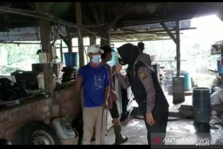 Srikandi Polres Merangin bagikan masker sambil belajar pengolahan tahu