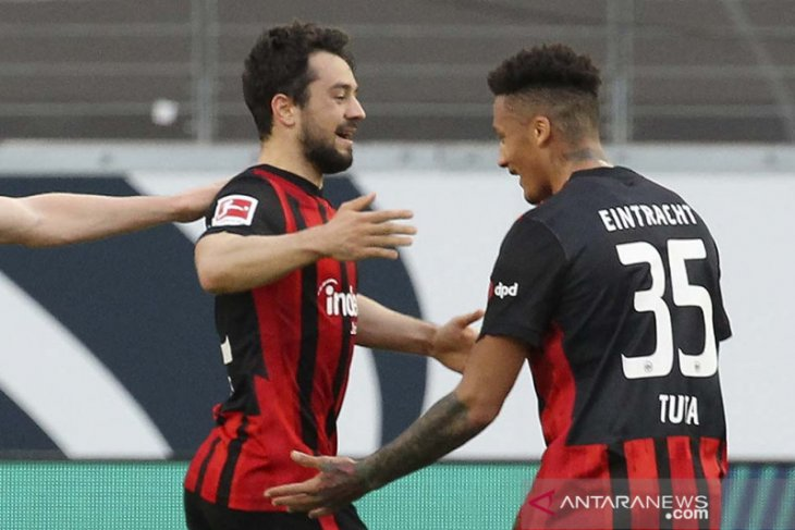 Frankfurt  tumbangkan Muenchen 2-1