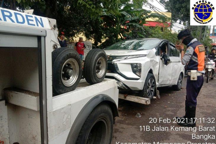 Banjir bikin mobil mogok terendam, derek beraksi