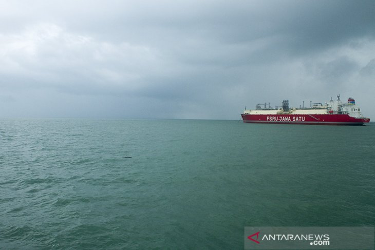 Kapal FSRU Jawa Satu berlabuh di pelabuhan Patimban