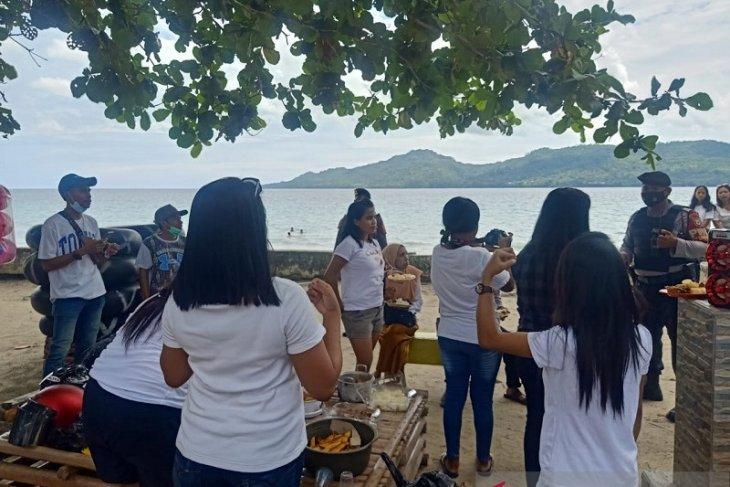 PRC Polda Maluku patroli tempat rekreasi ingatkan waspadai gelombang tinggi
