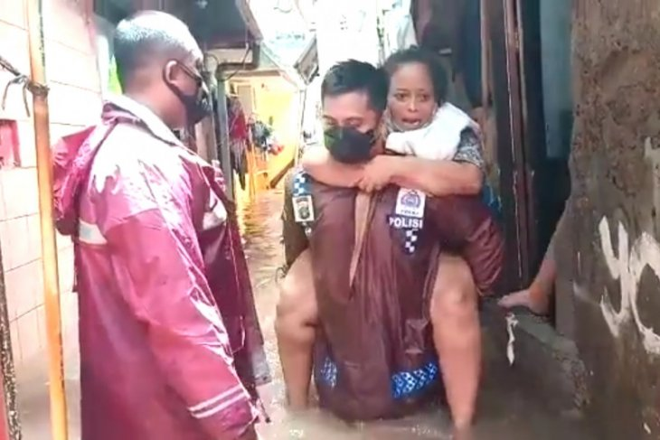 Banjir Jakarta, Kapolsek Cilandak gendong seorang nenek saat evakuasi banjir
