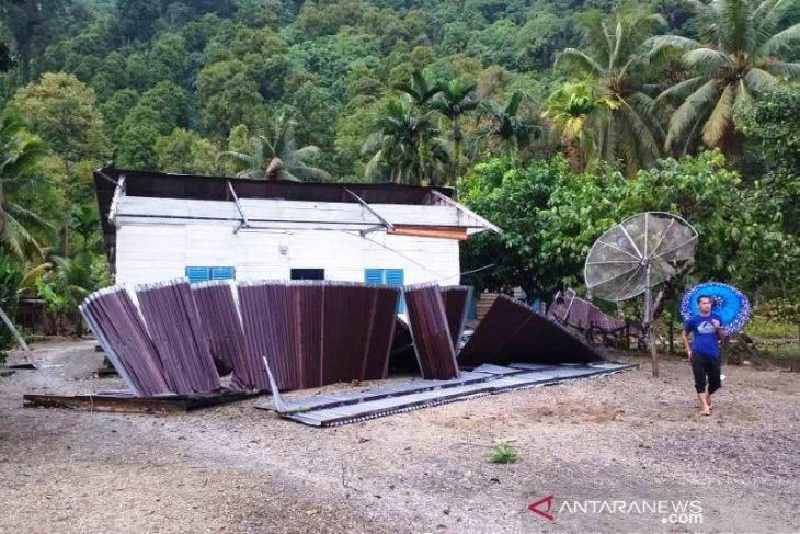 Tiga rumah warga di Simeulue rusak diterjang angin kencang