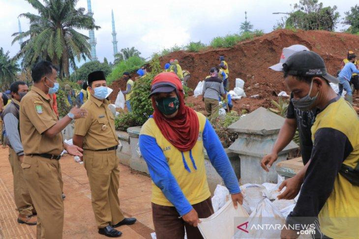 Pemkot Tangerang tambal tanggul bocor antisipasi hujan lebat