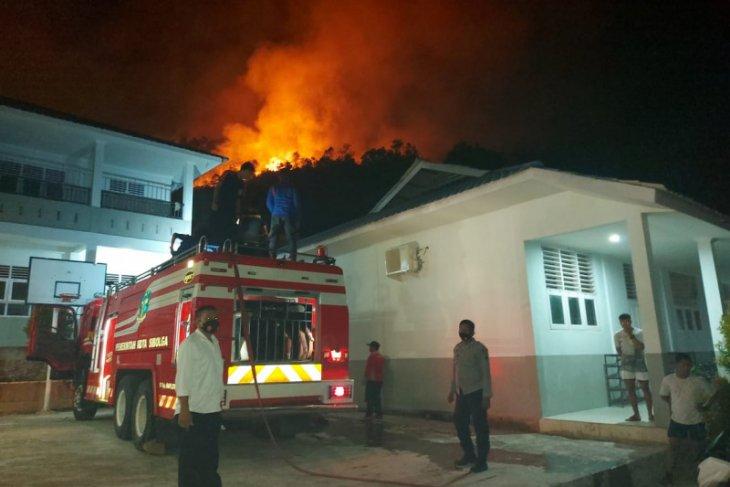 Lima hektar lahan perbukitan di Sibolga terbakar, api belum bisa dipadamkan