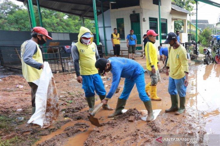 Petugas kebersihan bantu warga terdampak banjir bersih-bersih
