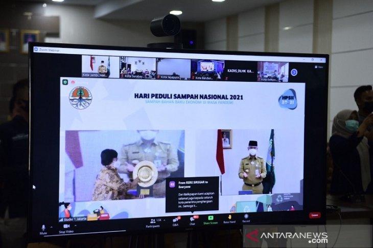 Wali Kota Jambi menerima penghargaan dan DID dari Menteri LHK