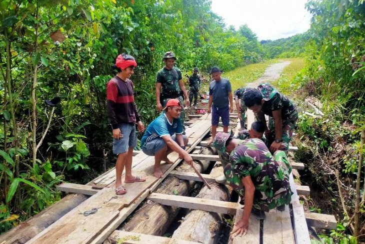 Satgas TNI bersama warga perbaiki jembatan rusak