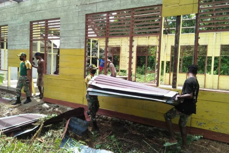 Soldiers near Indonesia-PNG border help residents to construct church
