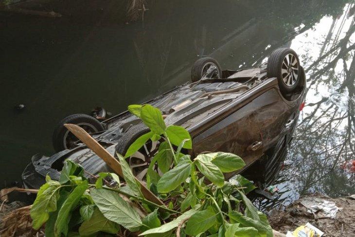 Sedan terjun ke sungai, seorang bayi dilarikan ke rumah sakit