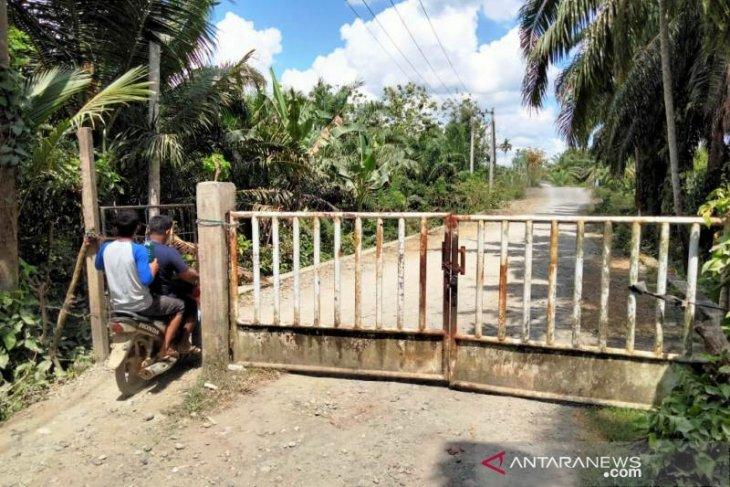 Warga tutup akses jalan desa ke tambang batu bara di Nagan Raya
