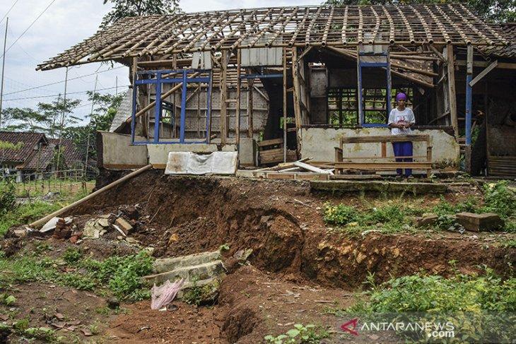 Pergerakan tanah rusak lima rumah di Tasikmalaya