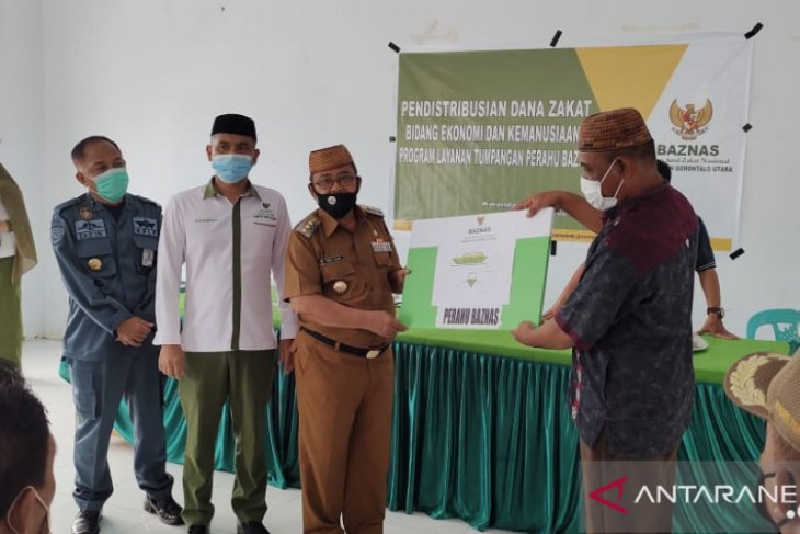 Bupati Gorontalo Utara salurkan perahu Baznas tumpangan gratis