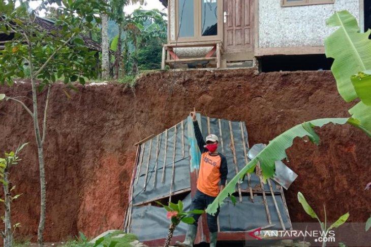 Penyintas bencana pergerakan tanah butuh family kit dan sembako