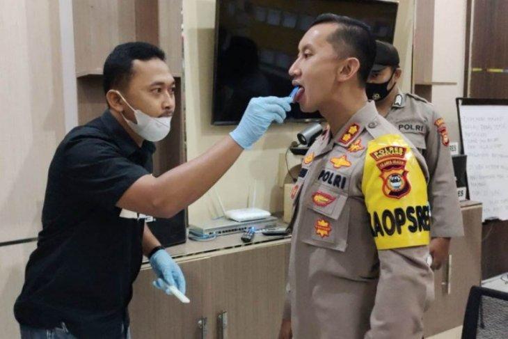 Polisi uji narkoba dengan metode air liur