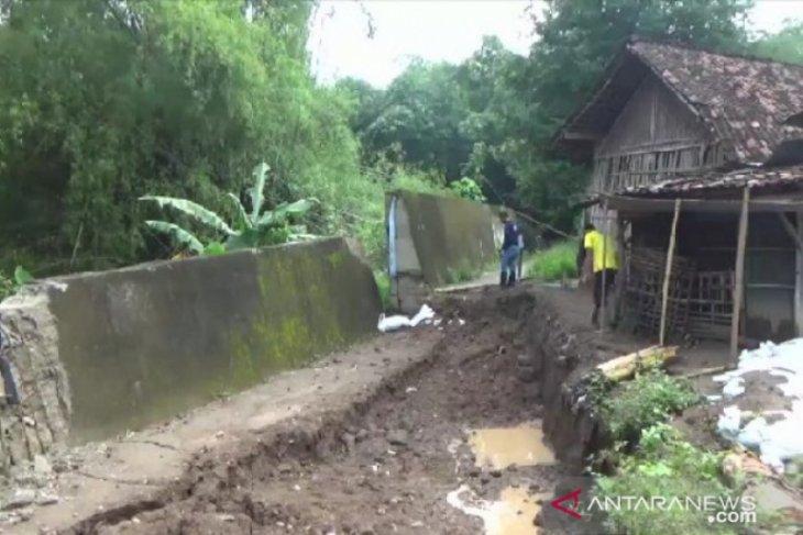 Tanggul Sungai Jeroan nyaris ambrol, warga Temboro Madiun was-was