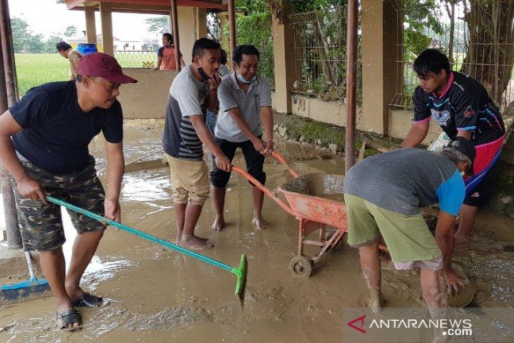 Banjir sudah surut, warga Cikarang Bekasi gotong royong bersihkan lumpur