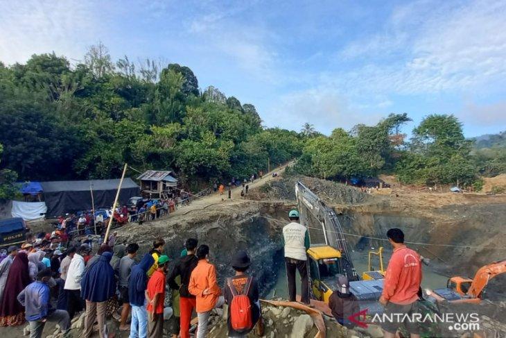 Evakuasi korban tewas longsor penambangan emas tanpa izin mulai dilakukan