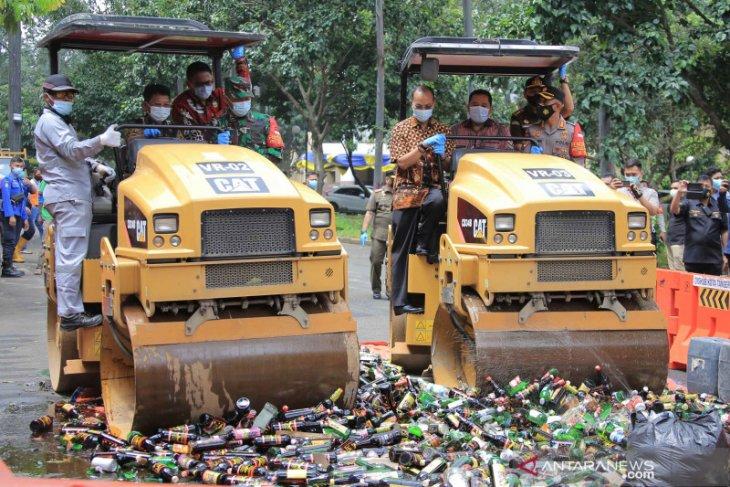 Satpol PP Kota  Tangerang musnahkan 3.140 botol miras hasil razia 2020