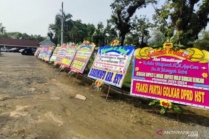 Pengamanan ketat dan sejumlah karangan bunga hiasi Pendopo acara pelantikan Bupati HST secara virtual