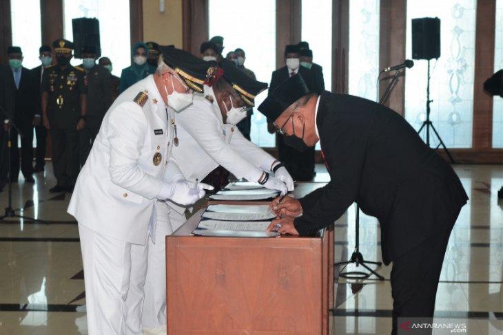 Gubernur Maluku lantik Bupati Seram Timur dan Kepulauan Aru di Ambon