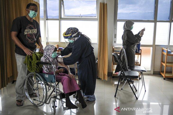 Vaksinasi COVID-19 untuk lansia di Bandung
