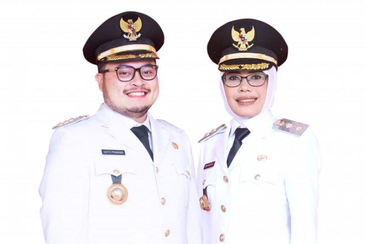 Bupati Dhito gunakan sepatu produk UMKM Kabupaten Kediri saat pelantikan