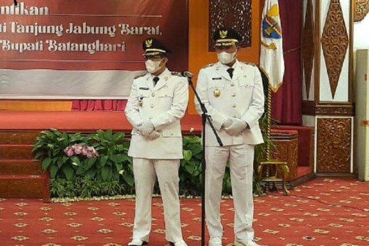 Anwar Sadat-Hairan resmi mengenakan emblem Bupati dan Wakil Bupati Tanjabbar 2021-2024