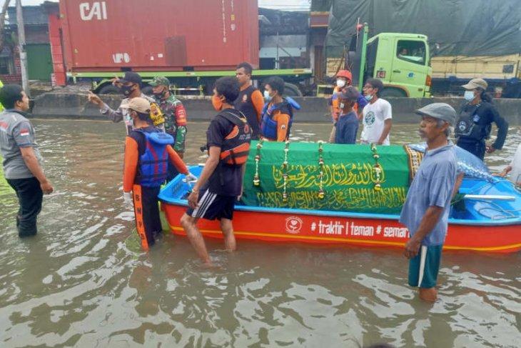 Akibat banjir, petugas bawa jenazah pakai perahu