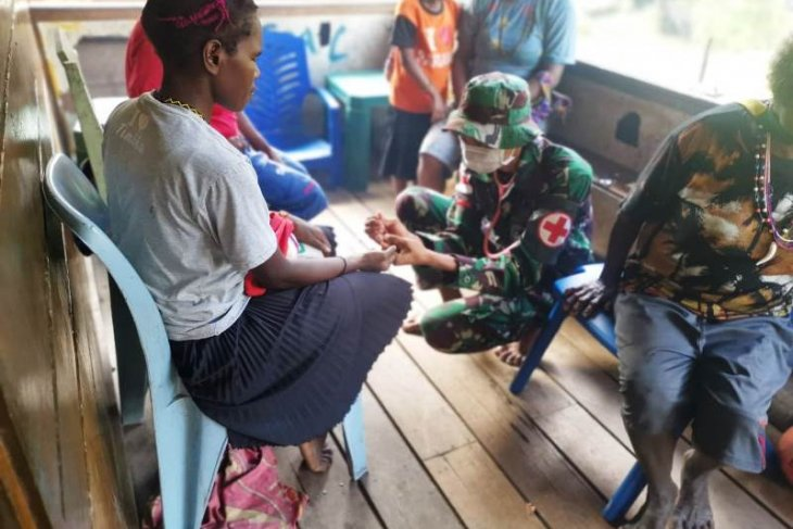 Soldiers offer mobile health service to Papuans in Tembagapura