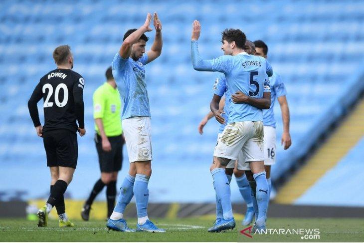 Duo bek Manchester City jadi pembeda saat kalahkan West Ham 2-1