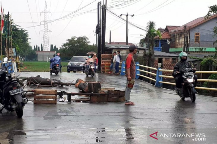 Waduh, jembatan penghubung Tambun - Bekasi nyaris putus