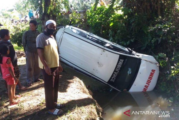 Satu mobil ambulans jatuh ke sungai di Mukomuko