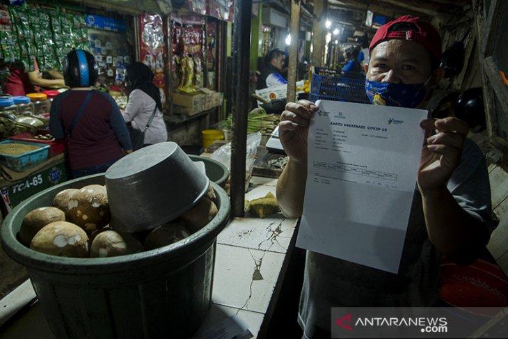 Vaksinasi COVID-19 pedagang pasar di Bandung