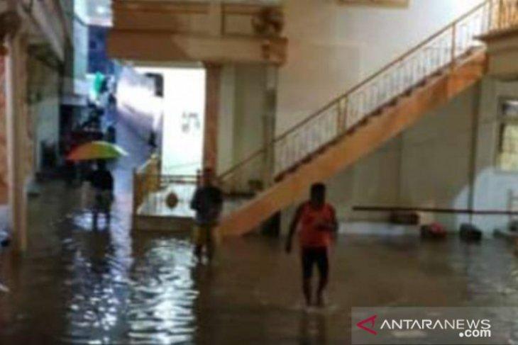 Sebanyak 143 rumah di Jember terendam banjir, termasuk rumah Bupati Hendy Siswanto