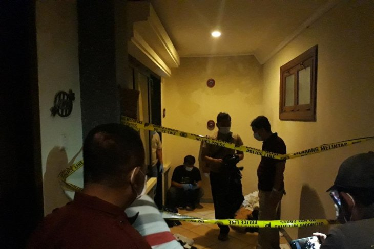 Seorang perempuan ditemukan tewas berlumuran darah dalam kamar hotel
