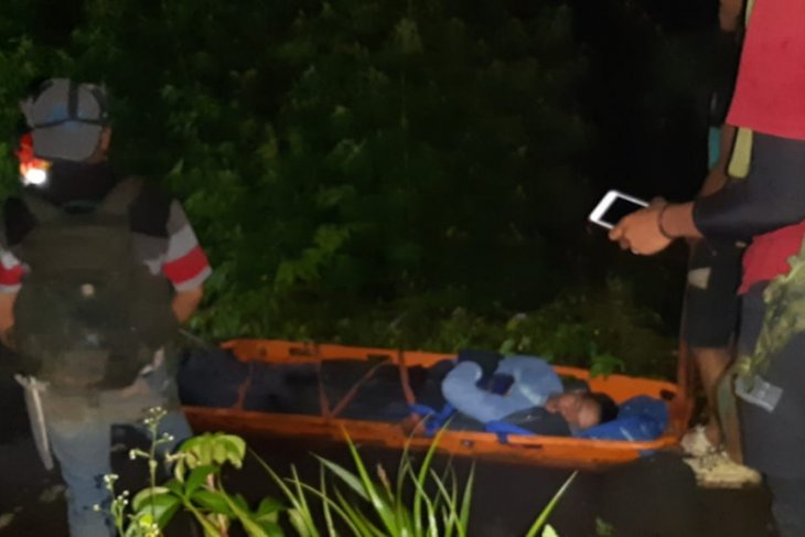 Tim SAR gabungan evakuasi pendaki yang terjatuh di Marapi