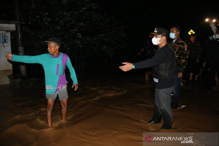 Puluhan warga mengungsi akibat banjir