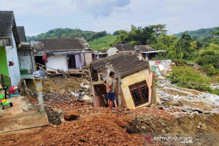Longsor merobohkan delapan rumah di Gubungpati