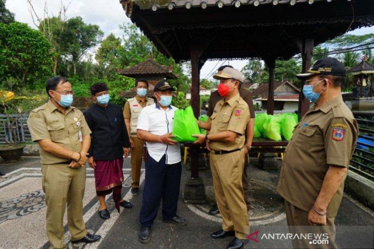 Bupati Karangasem bantu 12 warga Peringsari yang isolasi COVID-19