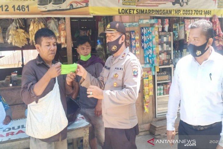 Operasi Yustisi prokes sasar pengunjung dan pedagang pasar Simarpinggan Tapsel